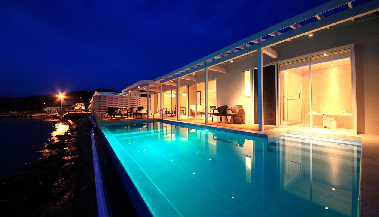 夜は水中照明で幻想的な空間に。